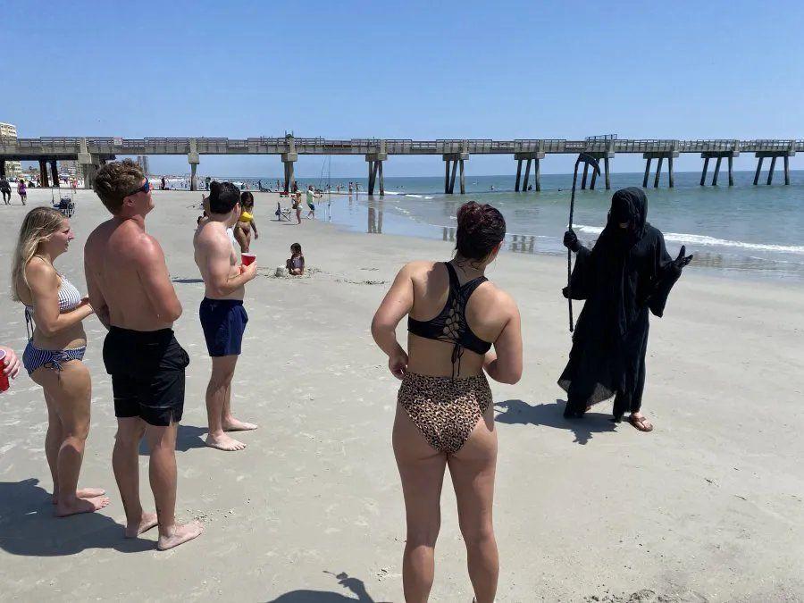 Covid-19: Se disfrazó de la muerte y paseó por las playas