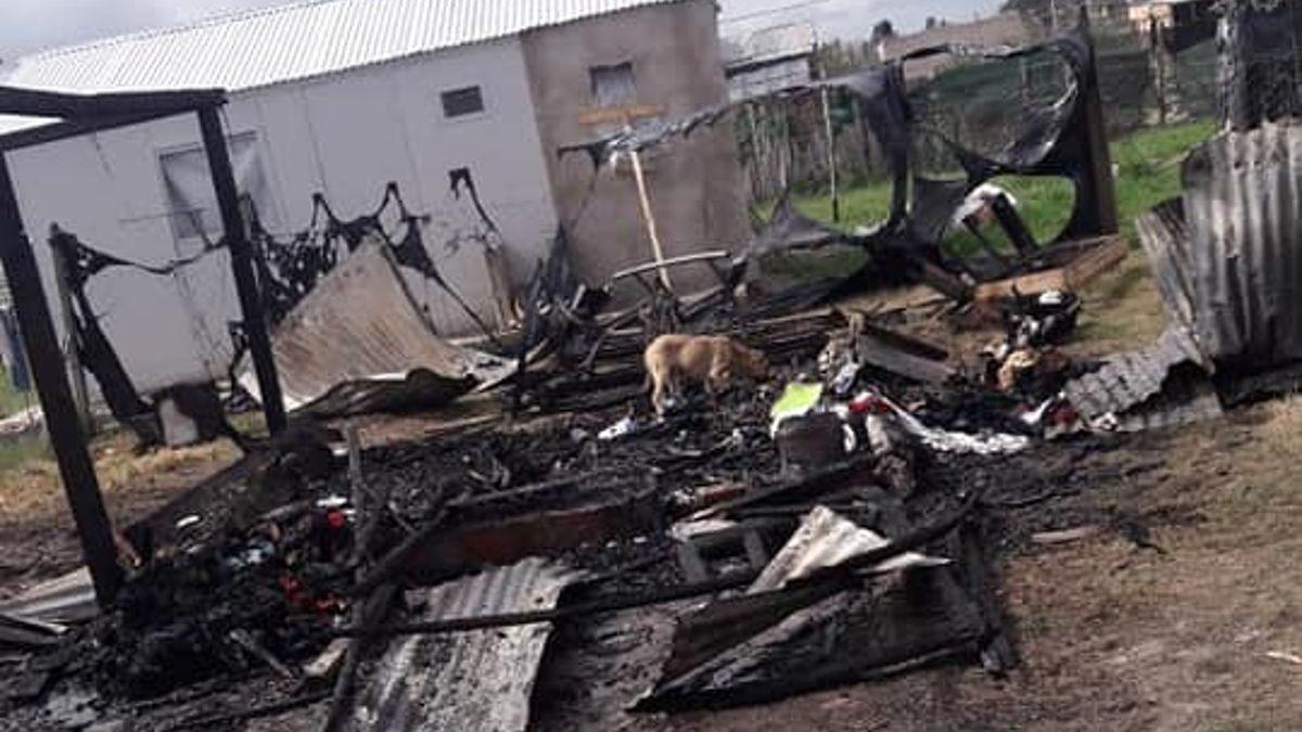 Alejandro Korn: un supuesto dueño del terreno les incendió la casa donde vivían y perdieron todo